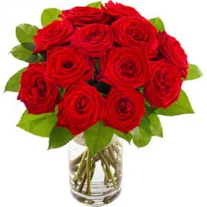 En bukett full med röda, vackra rosor. Buketten finns i tre storlekar.