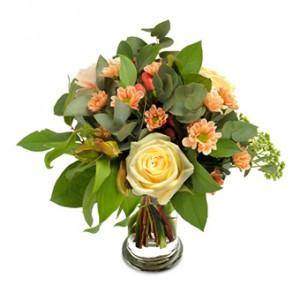En bukett med rosor, nejlikor, alstromeria och krysantemum pastellfärgade toner.