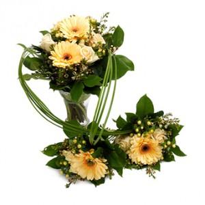 En familjebukett som passar när någon fått tvillingar! Champagne- och aprikosfärgade blommor; en stor bukett tillsammans med två små med band mellan buketterna.