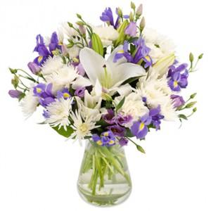Jättesöt bukett med blommor i vita och ljuslila färger.