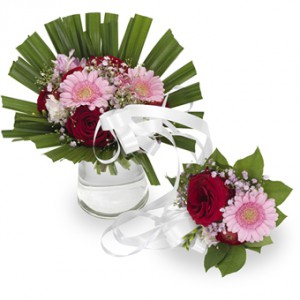 En liten bukett som hänger samman med en stor bukett – blommorna är i röda och rosa nyanser.