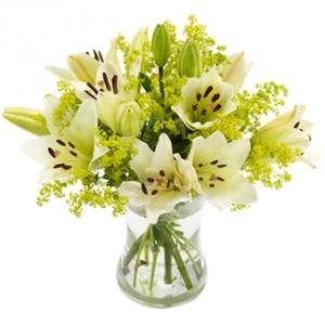 En magiskt vacker blombukett med vita liljor.
