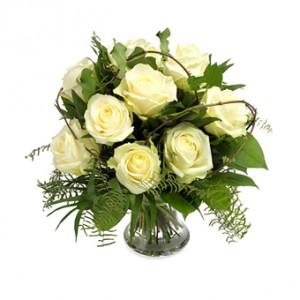 En underbar bukett med vita rosor och grönt.