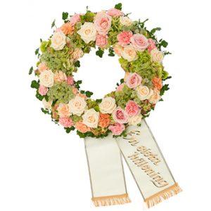 En vacker begravningskrans, full med blommor i ljuvliga pastellfärger. Kransen finns att beställa i Euroflorists egen internetbutik. Observera att bandet inte ingår i produkten, men du kan köpa till det. Det finns olika färger på begravningsband att välja mellan; vita, blåa, gula, lila, orange och gröna band.
