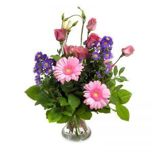 Bukett med bl a rosor och germini i rosa och lila.