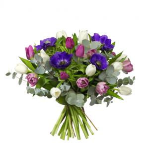 Blombukett med tulpaner, anemoner och eukalyptus. Färger på blommorna; lila, rosa, vitt. Superfin! Blommorna finns hos Interflora.