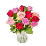 Skicka rosor med blombud från Euroflorist. Här, en bukett med rosor i rött, rosa och aprikost.