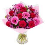 Skicka blomsterbud från Euroflorist. Här, en bukett med rosor och gerbera i rött o. rosa.