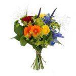 Bukett med blommor i regnbågens färger. Blomsorter: rosor, santini, iris, germini, veronica och grönt. Skicka blommorna med bud från Interflora.