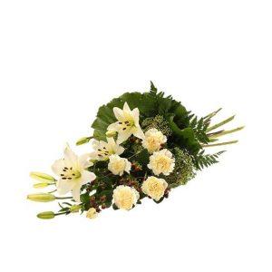 Beställ en sorgbukett online hos Interflora för leverans direkt till begravningen. Här, en bukett med blommor i vitt; nejlikor, lilja, sedum och grönt.