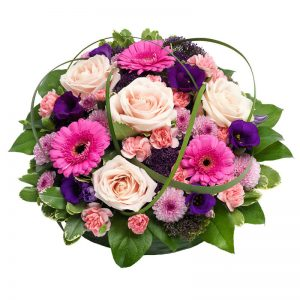 Rund sorgdekoration med rosor, gerbera, prärieklocka och grönt. Blommor i rosa, lila, cerice. Beställ sorgdekorationen i Euroflorists onlinebutik för leverans direkt till aktuell begravning.
