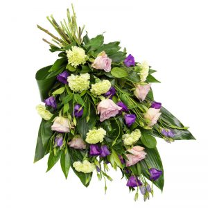 Sorgbukett med rosor, prärieklocka, nejlikor och grönt. Blommorna går i lila, rosa och creme/lime. Buketten kan du skicka direkt till begravningen med ett blomsterbud från Euroflorist.