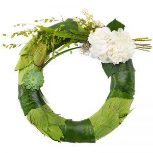 Begravningskrans med echeveria, hortensia, snöbär och grönt. Skicka den med blombud från Euroflorist direkt till begravningen.