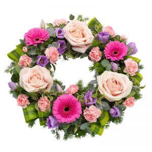 Begravningskrans från Euroflorist, med rosor, germini, prärieklocka, nejlikor och grönt. Skicka kransen med ett blombud direkt till begravningen! Beställ online hos Euroflorist.
