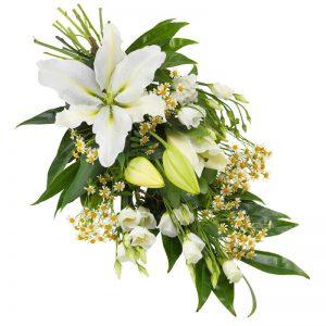 Sorgbukett med vita blommor; lilja, prärieklocka och gröna blad. Beställ blommorna online hos Euroflorist för leverans direkt till aktuell begravning.