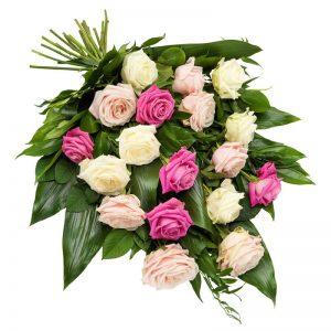 Sorgbukett med rosor i rosa och vitt tillsammans med gröna blad. Skicka blommorna med ett bud från Euroflorist direkt till platsen för begravningen.