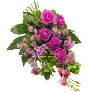 Liggande sorgbukett med nejlika, santini, prärieklocka och säsongsgröna blad. Blommorna finns att beställa hos Euroflorist, en av våra största blomsterförmedlingar på nätet.