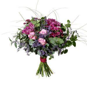 Bukett med blommor i cerise och lila; nastasia, rosor och santini. Buketten ingår i Interfloras utbud av höstbuketter.