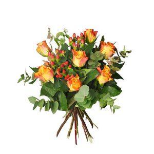 Höstbukett med rosor, hypericum och eukalyptus. Finns hos Interflora.