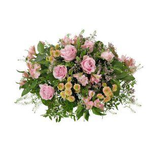 Rund sorgdekoration med rosor, alstroemeria, limonium, santini och grönt. Skicka den med ett blomsterbud från Interflora direkt till aktuell begravning - beställ online.