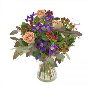 Bukett med blandade blommor i lugna, harmoniska färger (här rosa, lila, röd). Blommorna kan du beställa hos Euroflorist - för leverans med bud ända hem till mottagarens adress.