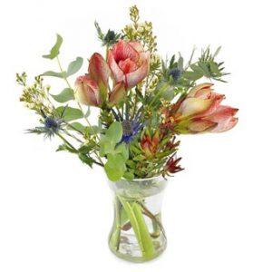 Skicka julblommor med bud från Euroflorist. Här, en bukett med amaryllis och blandade blommor i vinterns färger. Vacker!