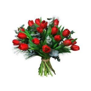 Julbukett med röda jultulpaner, eucalyptus och mjuktall. Önska God Jul med ett fång tulpaner från Interflora!
