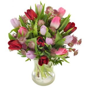 Harmonisk tulpanbukett från Euroflorist, med tulpaner i lila, rött, rosa