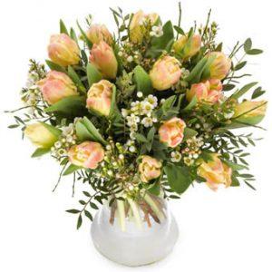 Tulpanbukett med tupaner i skirt rosa, vita småblommor och grönt. Blommorna finns hos Euroflorist.