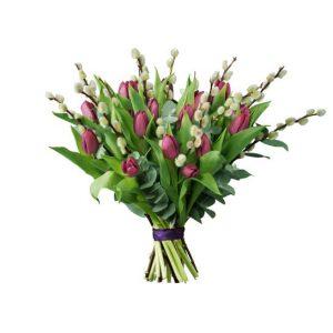 Bukett från Interflora, med lila tulpaner, videkvistar och grönt.