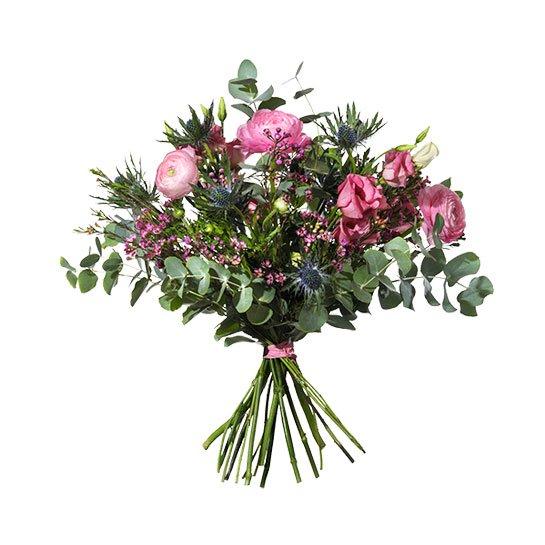 """Blombuketten """"Ljuv Vår"""" från Interflora, med ranukler, tistlar, prärieklockor och vaxblomma. BLommorna går i rosa/lila."""