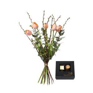 Bukett med franska tulpaner, körsbärskvistar och eucalyptus. Plus en ask choklad. Ur Interfloras sortiment.