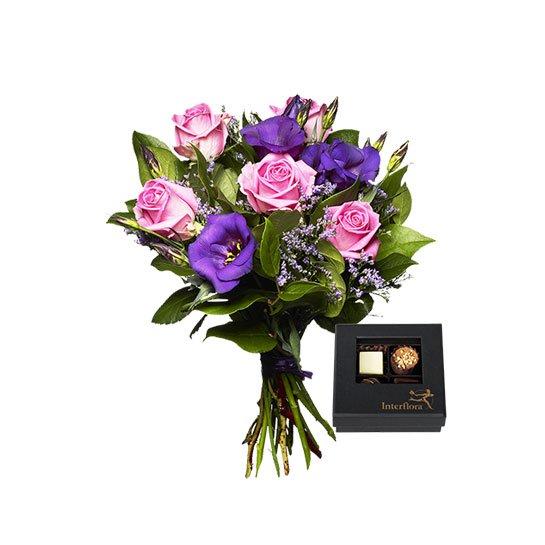 Blombukett med lila prärieklockor och rosa rosor. Plus en ask med fyra chokladpraliner. Ett Interflora-arrangemang.