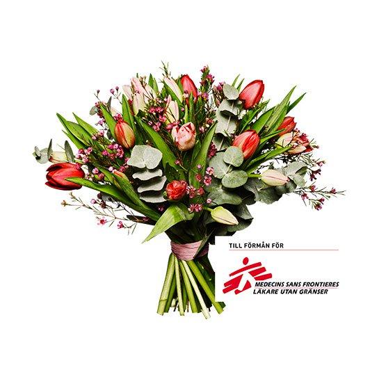 Bukett med tulpaner, vaxblomma och eucalyptus. Blommorna i rött/rosa. Skicka ett blomsterbud via Interflora och sprid glädje!