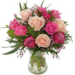 Morsdagsbukett från Euroflorist, med rosor i olika rosa toner.