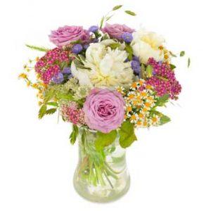 Bukett med blandade sommarblommor i ljusa färger (här rosa, vitt, lila, grönt). En Euroflorist-bukett.