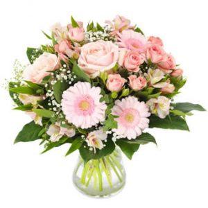 Bukett från Euroflorist, med blandade blommor i rosa (bl a rosor och germini).