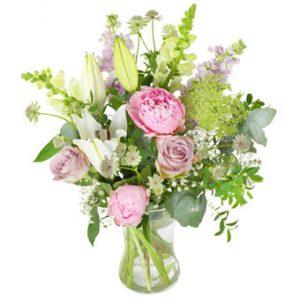 Morsdagsbukett från Euroflorist, med blandade sommarblommor (här rosor, pioner, liljor m m) i rosa, vitt och lime. Ur Euroflorists morsdagsutbud.