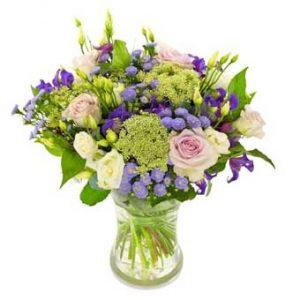 En fräsch sommarbukett med blommor i rosa, blått och lime. Ur Euroflorists morsdagsutbud.