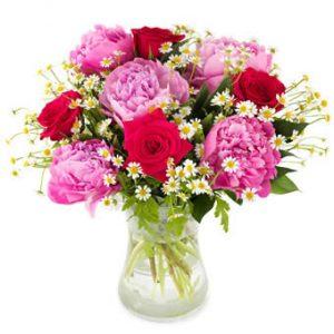 Bukett med röda rosor, rosa pioner och småblommigt vitt. Ur Euroflorists morsdagssortiment.
