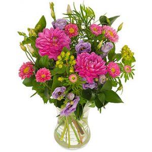 Bukett med blandade blommor i rosa, lila och grönt. En höstbukett från Euroflorist.