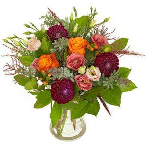 Bukett med rosor, dahlia o. andra blandade blommor. Färger: rosa, violett och orange tillsammans med gröna blad. Från Euroflorist.