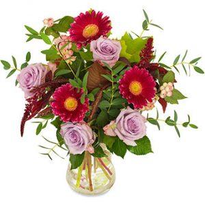 Höstbukett med rosor, gerbera m m i rött och cerise. Superfin! Skicka blommorna med ett bud från Euroflorist - beställ enkelt online.