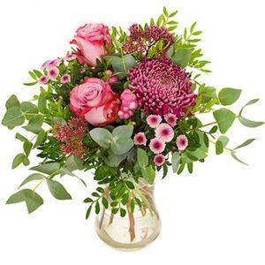 Bukett med rosa rosor och blandade blommor i matchande färger. Ur Euroflorists sortiment.