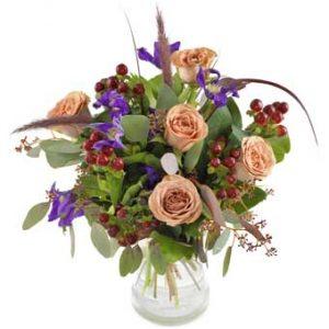 Blombukett med rosor, iris m m i lugna, harmoniska färger. Buketten finns att beställa hos Euroflorist.