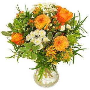 Höstbukett med orange och vita blommor. Ur Euroflorists sortiment.