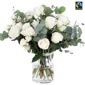 Blombukett med vita Fairtrade-märkta rosor och eucalyptus. Skicka dem med ett bud från Bringbloom och gör någon riktigt glad idag!