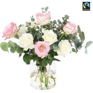 Fairtrade-märkta rosor (vita och rosa) tillsammans med eucalyptus. De finns att beställa hos Bringbloom.