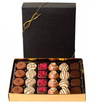 Chokladask med 24 st belgiska praliner, 6 smaksättningar. Du hittar chokladasken hos Florister i Sverige.