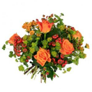 Grym höstbukett med blommor i orange/rött tillsammans med grönt. Skicka blommorna med ett blomsterbud från Florister i Sverige!